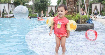【2020新款 寶寶防曬泳衣推薦 | 德國LASSIG泳裝。海灘褲。戲水鞋。遮陽帽。海灘巾。側背包。後揹包 (不需另穿游泳尿布)】