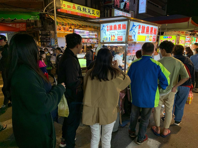 [台北美食] 東港旗魚黑輪 – 在夜市裡面有打卡點的超人氣胖胖旗魚黑輪!