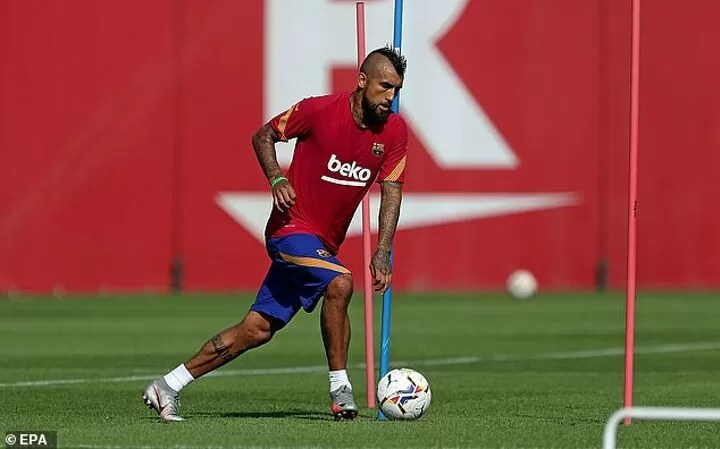 Suarez and Vidal LEFT OUT by Ronald Koeman for his first Barcelona squad 4