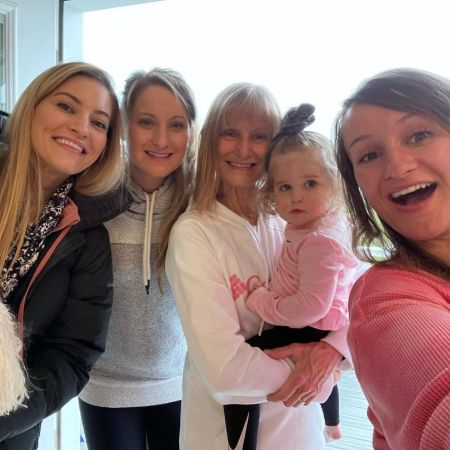 Jenna Ezarik with her sisters and mother on mothers day, source Instagram jennaezarik