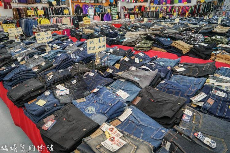 台中大里萬件牛仔褲特賣會 羽絨外套特價4折、工作鞋單一特價、企鵝鯊魚知名品牌POLO衫全面單一特價,眾多商品優惠中。