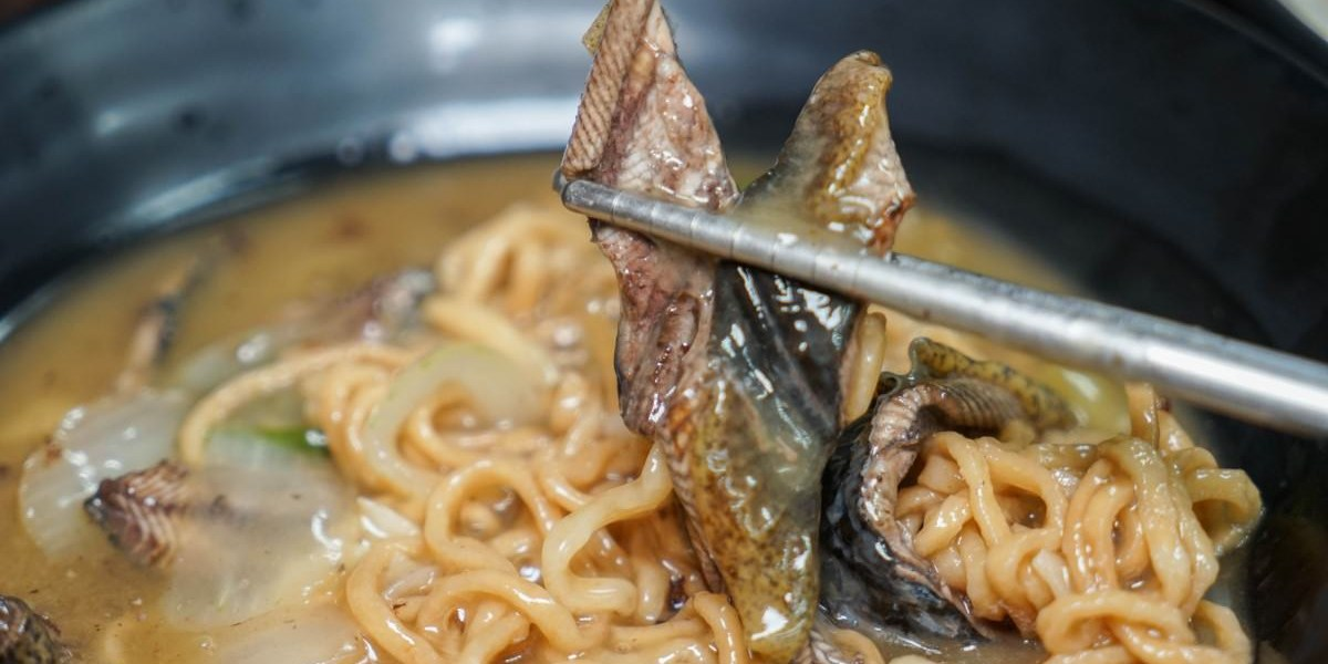 彰化市水煮意麵食鍋燒專賣店 | 招牌熱炒鱔魚意麵,每天售完為止!自家熬煮昆布湯頭,鍋燒料多豐富。
