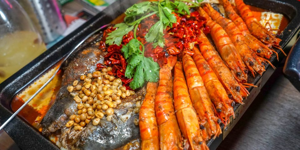 水貨烤魚火鍋(彰化店)已更店名 | 知名四川烤魚到彰化市,獨家川劇變臉表演,烤魚鹹香麻辣夠味。