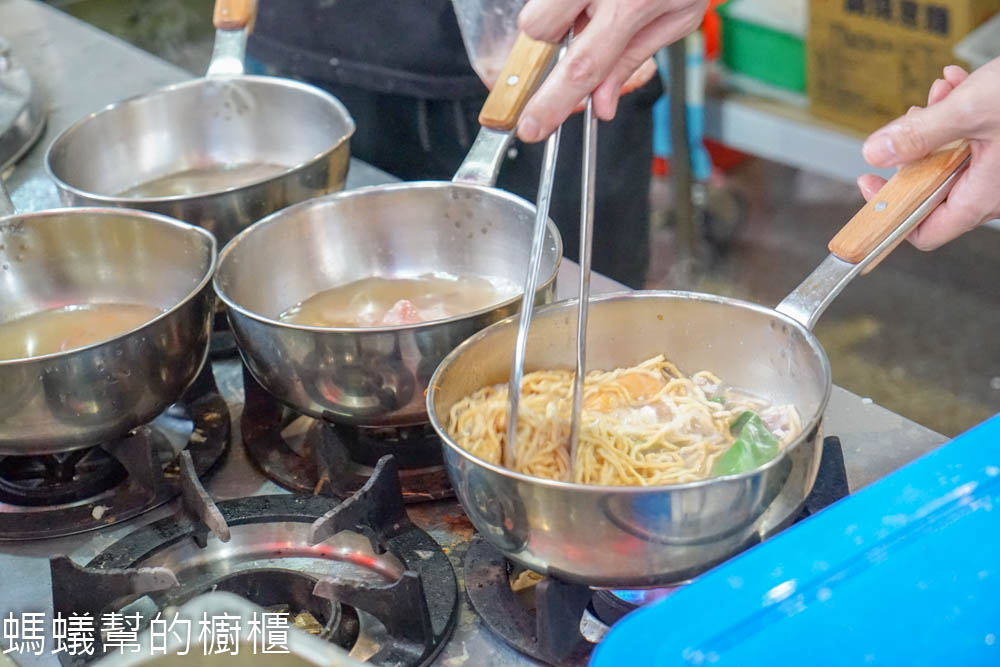 粥公麵婆 | 彰化市鍋燒麵系列,大骨蔬菜熬煮湯頭,自然健康風味,特色剝皮辣椒鍋燒更是值得一嚐。