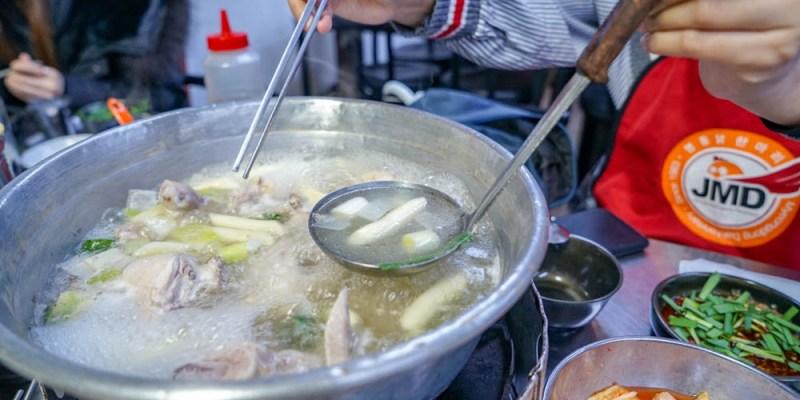 明洞一隻雞始祖店 | 東大門站美食,在地朋友推薦好吃雞湯,最後再將鍋底加飯熬成粥。