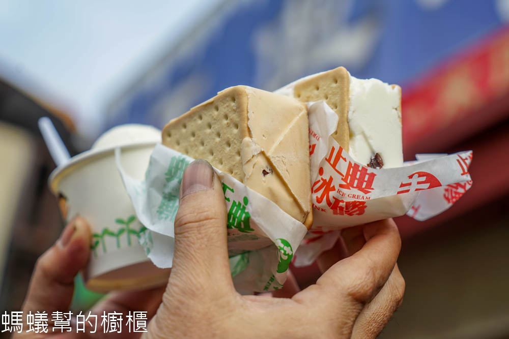 正典牛乳大王 | 南投中興新村必吃美食,香濃紮實餅乾三明治冰磚,位於第三市場裡。
