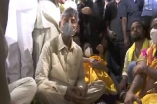 Chandrababu protests against stone pelting at TDP rally in Tirupati