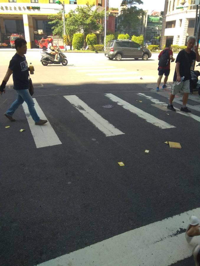有看到金紙在馬路上燒嗎?