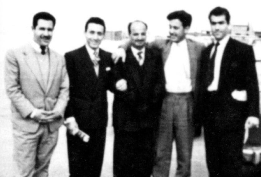 Gambar ini dirakam di Kuwait pada 1957 ketika Arafat (tengah) berusia 28 tahun - Foto english.alarabiya.net