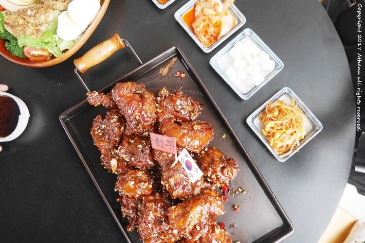 台北食記 ▌忠孝敦化站:娘子炸雞 有八種口味的炸雞 點套餐還會有沙拉 飯捲很多元喔