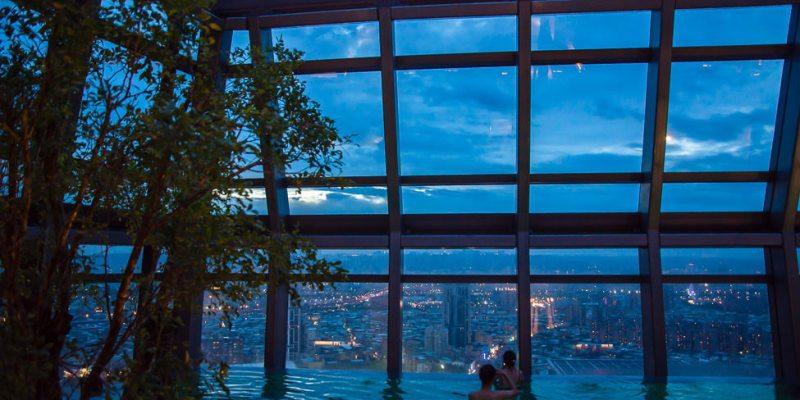  新北住宿 新板希爾頓酒店,擁有全台北最高32層樓的無邊際泳池,還有三人房才有的景觀浴室
