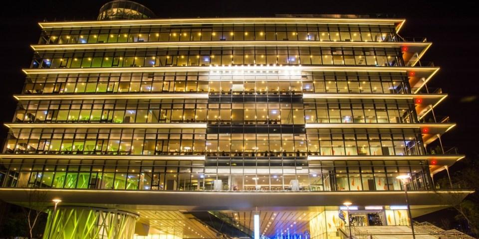 |高雄‧前鎮|像是把一個大禮物盒放在美麗的城市裡,早晚都美麗的新地標*高雄市立圖書館新總館