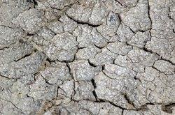 Solo rachado é um sinal claro de secura e pouca irrigação