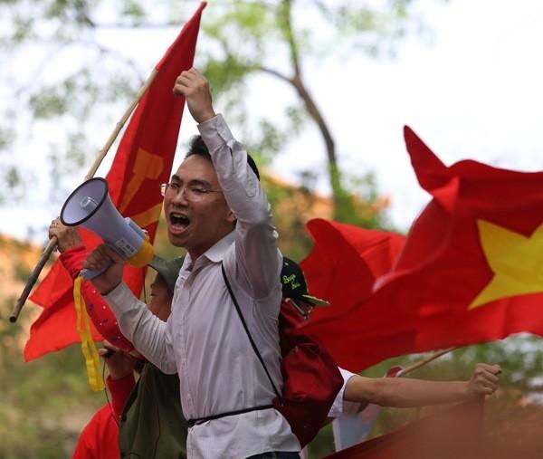 Devant l'ambassade de Chine à Hanoi, dimanche dernier. Un manifestant vietnamien appelle la population à s'opposer à la présence chinoise dans le pays.