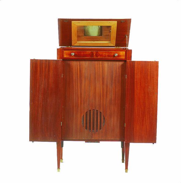 https://i1.wp.com/img.aws.la-croix.com/2014/07/04/1174614/Mobilier-comprenant-recepteur-television-tube-cathodique-1935_0_730_600.jpg