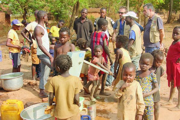 Les-equipes-Solidarites-International-dans-village-proche-Kaga-Bandoro-enquierent-fonctionnement-pompe-main_2