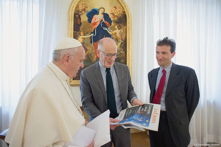 Le pape François a reçu, lundi 9 mai 2016, Guillaume Goubert (C) et Sébastien Maillard (D), pour un entretien exclusif accordé à «La Croix».