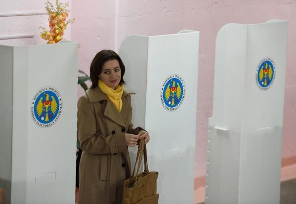 La candidate pro-européenne à la présidentielle moldave Maia Sandu vote à Chisinau, le 13 novembre 2016  / AFP