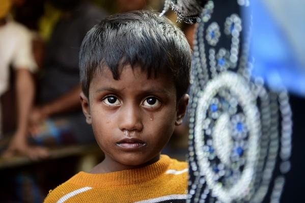 Noor Sahara, une petite fille de six ans, dont la mère a disparu et qui a traversé la frontière avec sa voisine Roshida et son neveu Noor, le 23 novembre 2016 près d'un camp de réfugiés à Teknaf, dans le district de Cox's Bazar  / AFP