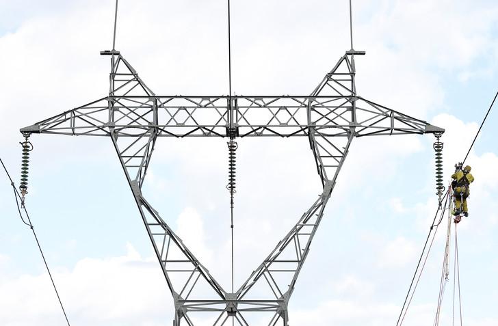 Des électriciens de RTE, réparent une ligne à haute-tension à Eygalieres.