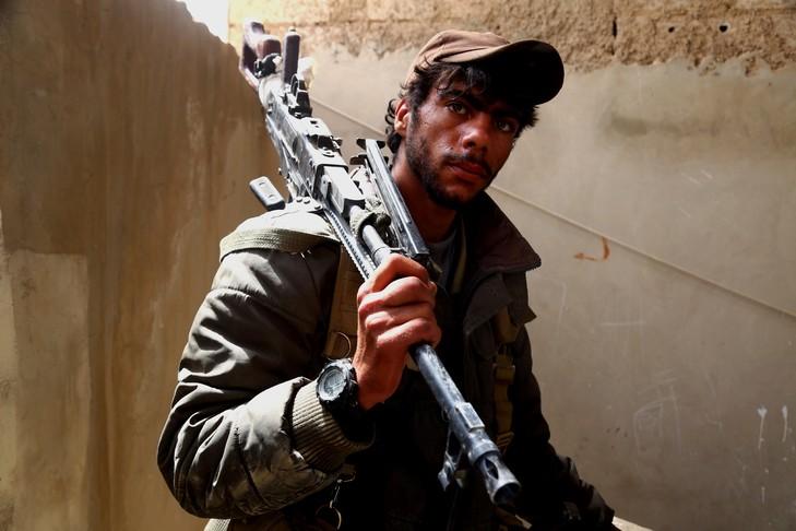 Un combattant à Tabqa à 55 kilomètres de Raqa, en Syrie le 30 avril 2017 / AFP/Archives