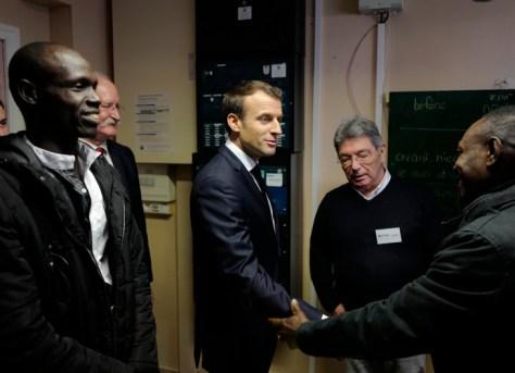 Le président Macron rencontre un réfugié soudanais lors de son déplacement à Calais le 16 janvier.
