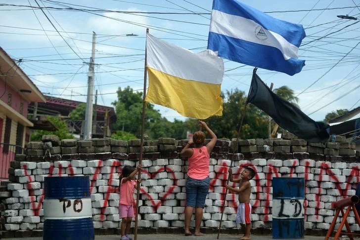 Nicaragua und Vatikan kennzeichnet hinter Barrikade in Massaya, Nicaragua, am 11. Juli 2018 / AFP