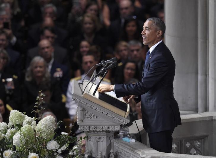 L'ancien président américain Barack Obama prend la parole aux funérailles du sénateur John McCain, vétéran de la politique américaine et héros de la guerre du Vietnam, le 1er septembre 2018 à Washington / AFP