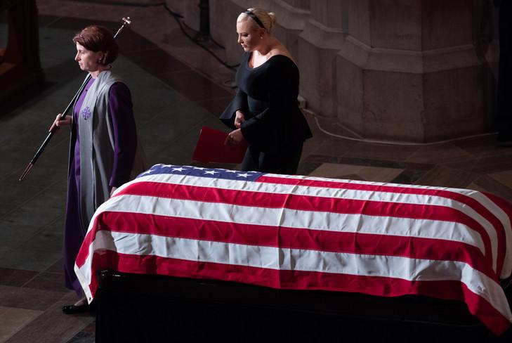 La fille du sénateur américain John McCain, Meghan, passe devant le cercueil de son père lors de funérailles nationales à la cathédrale de Washington, le 1er septembre 2018 / AFP