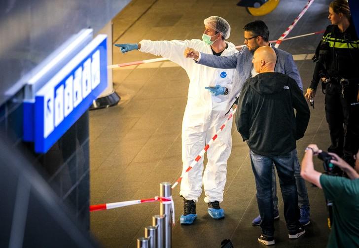 Des policiers et des membres de la police scientifique sur les lieux de l'attaque par un jeune Afghan à la gare d'Amsterdam, 31 août 2018 / ANP / AFP