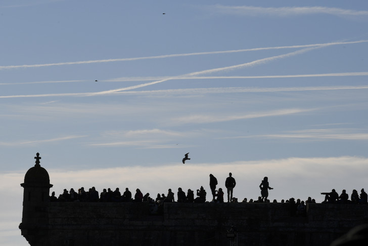 The public presses on the fortifications of Saint-Malo on the eve of the departure of the sailboats, November 3, 2018 / AFP