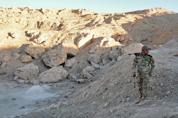 An Iraqi officer on the site of an alleged mass grave containing the remains of the ISIS group, November 18, 2016 near Mosul (north) / AFP / Archives