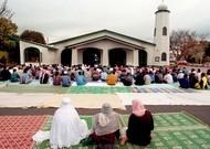 Muslime versammelten sich am 7. August 1998 um eine Moschee in Neuseeland.