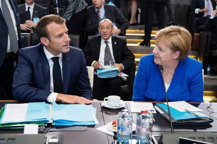 Emmanuel Macron und Angela Merkel bei einem Arbeitstreffen des NATO-Gipfels am 11. Juli 2018 in Brüssel./Bernd von Jutrczenka / picture-alliance / dpa / AP Images