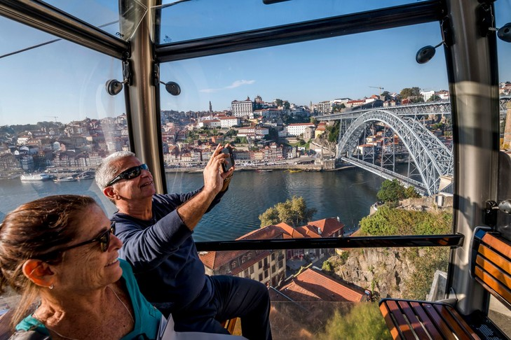 Tourists in the cable car in the city of Porto in Portugal./Gunter Standl / Laif / REA