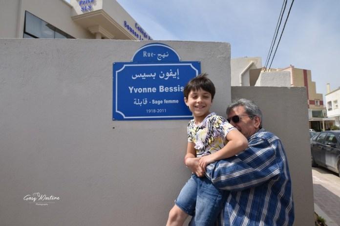 Max Bessis, hijo de Yvonne Bessis, y su nieto, frente a la placa que rinde homenaje a su madre / Martine Gasq