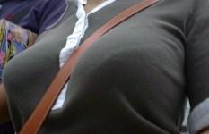 街角の収め切れてない着衣巨乳がもはや歩くエロ画像な件www