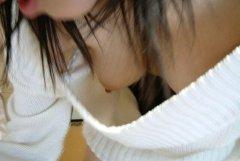【胸チラ】上から覗き込んだら乳首まで見えてて思わず二度見したwww