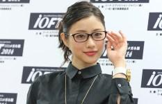 メガネをかけると美人、ではなく美人がメガネをかけても美人な事が判明する画像