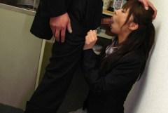 社内でセクハラされている制服OLのエロ画像