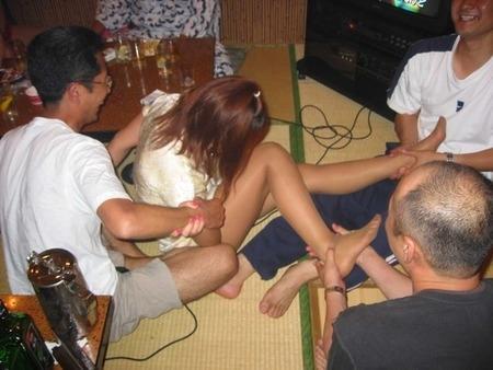 飲み会ではっちゃけ過ぎてエロい恰好やセクハラしているエロ画像11