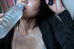 水の滴るイイ女を堪能するエロ画像