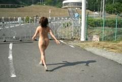 玄関開けたら2分で裸になりたくなる露出狂のエロ画像