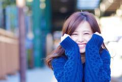 楽しそうにとびきりの笑顔を見せる女の子の画像