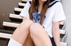 階段に座って段差を利用してパンツを見せている女の子の画像