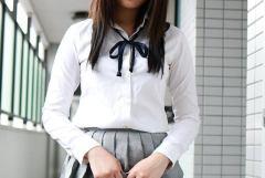 美女が少しだけスカートをめくってパンツを見せているエロ画像
