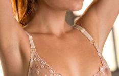シースルーブラで乳首が透けてる海外女性の下着画像
