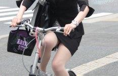 タイトスカートで自転車に乗っているOL画像