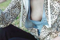 ノーブラで乳首がちらっと見えてる胸チラ画像