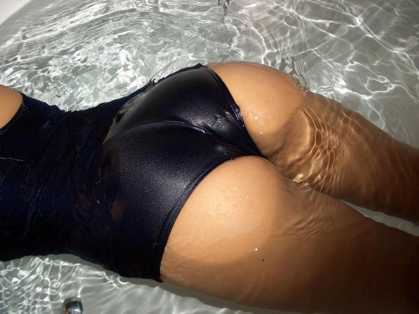スク水を着た女の子たちの魅力的なお尻のエロ画像9